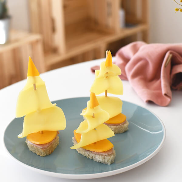 : A quick and easy alternative to replace the usual triangle sandwiches: realise a delicious boat shaped sandwich to bring some fun to your kids' lunch breaks!