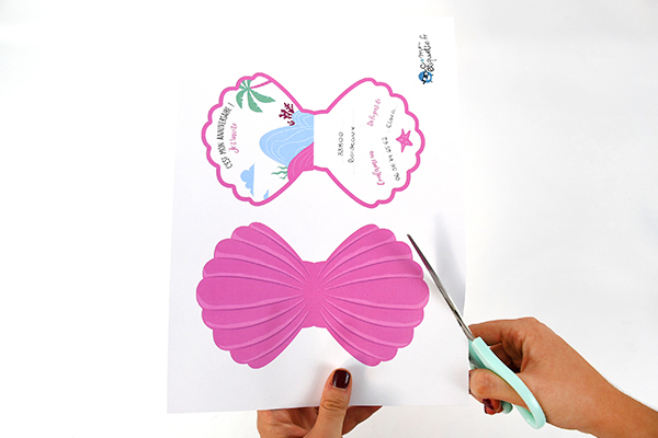 Learn very easily how to realise mermaid invitations for your kids' birthday!