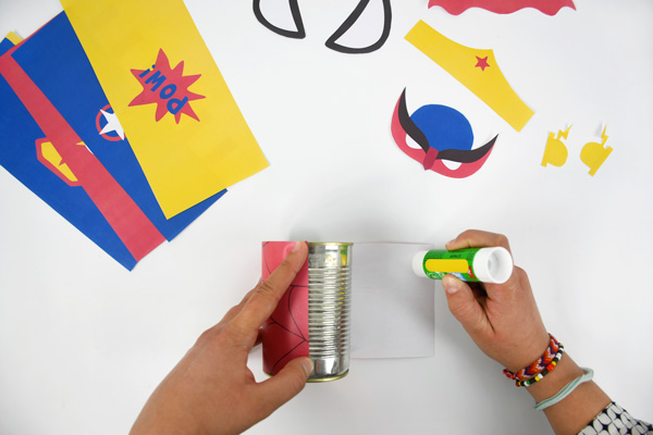 To decorate your desk, realise vrey quickly some super-heroes printed pencil holders from empty cans!