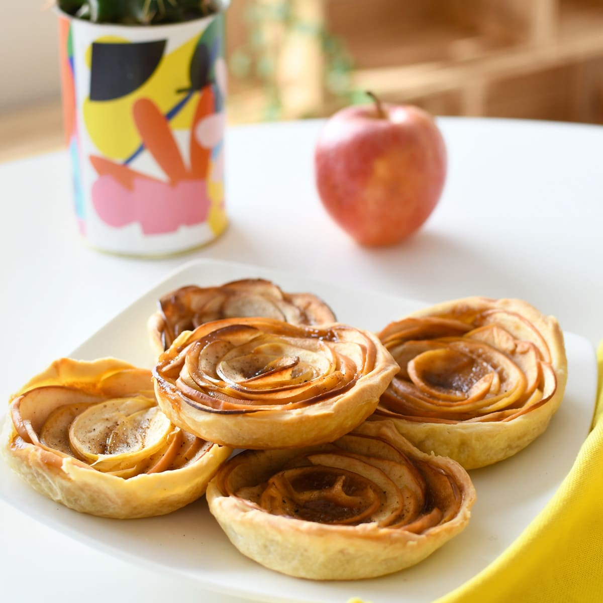 Delicious apple and caramel mini pies for the kids' tea time! Very easy to prepare in autumn.
