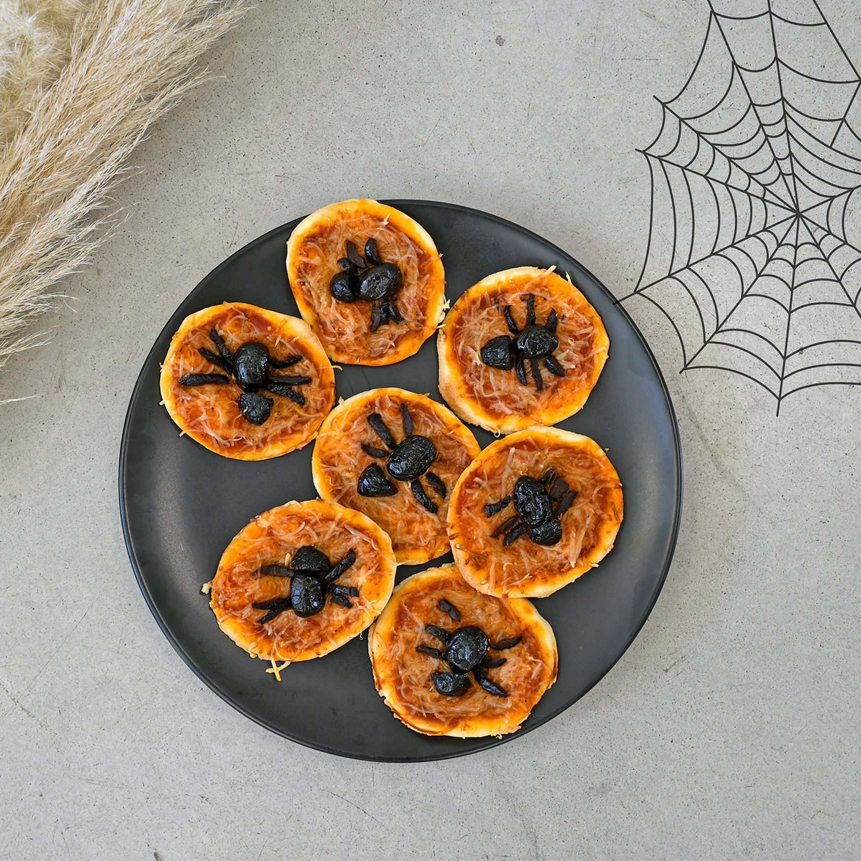 Surprise your children at the aperitif hour with these spiders mini pizzas for