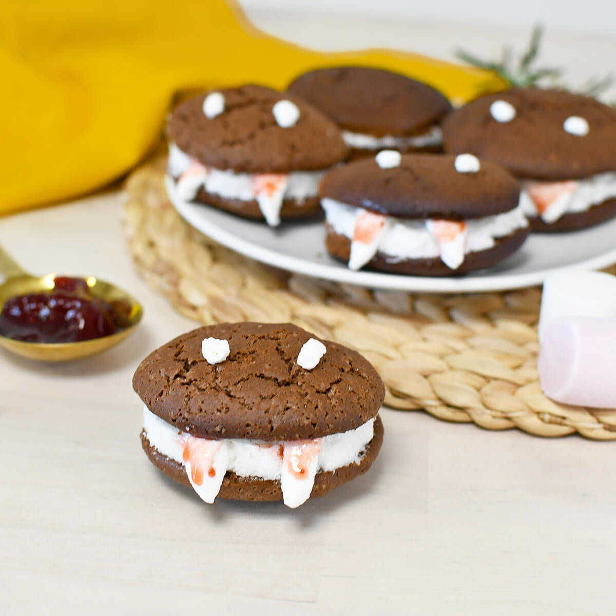 Halloween is coming: make these terrifying Vampire Whoopies which everyone will love!