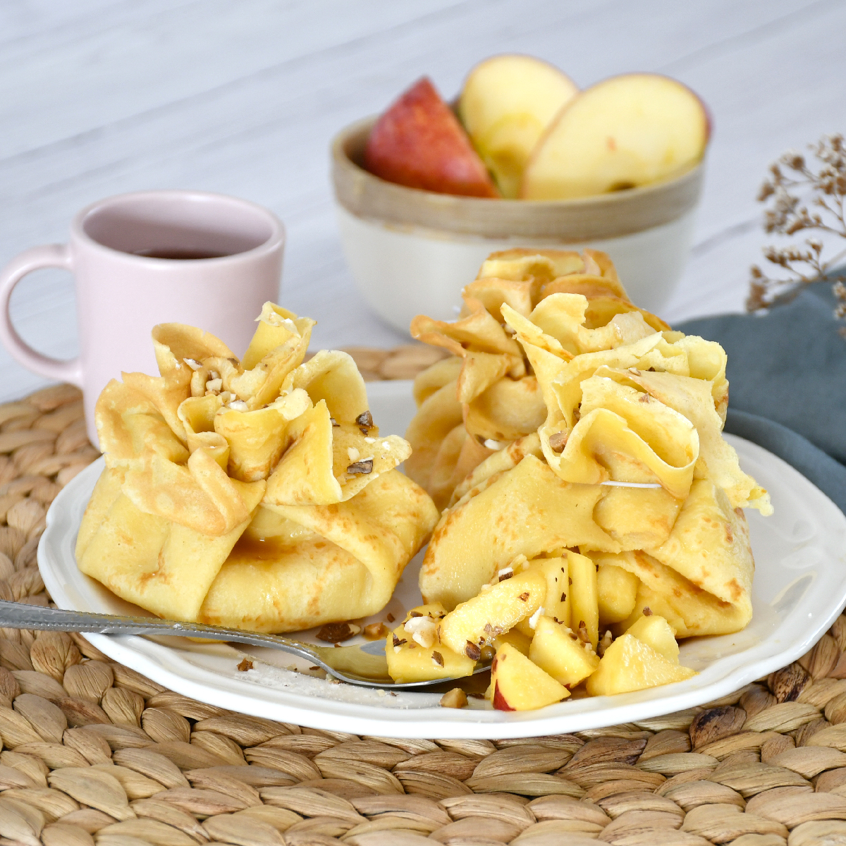 An original and easy pancake recipe with apple-caramel to cook with children, for dessert or afternoon tea.