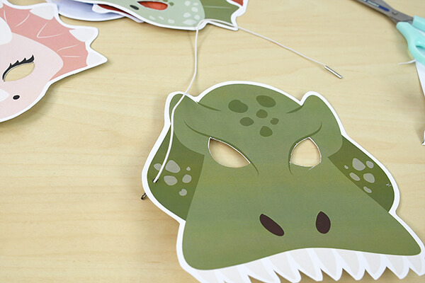 Fancy a quick and handmade dinosaur mask for Carnaval? Follow our step by step and impress your friends!