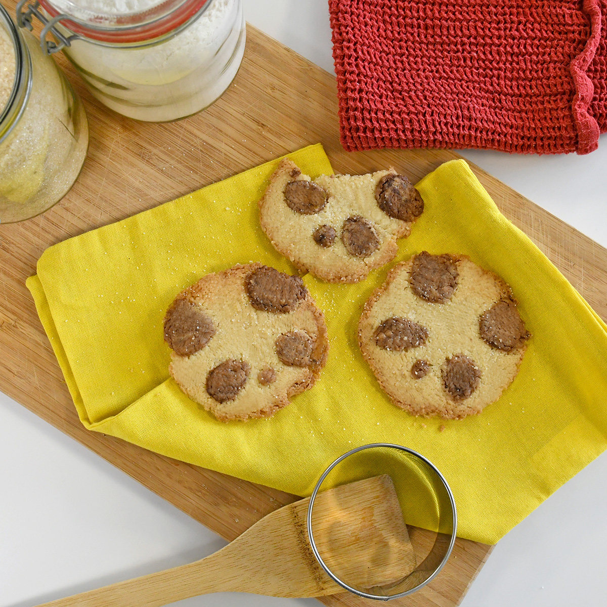 Adorable panda shortbread biscuits to snack on that are fun and original! Find all of our recipes on the blog.