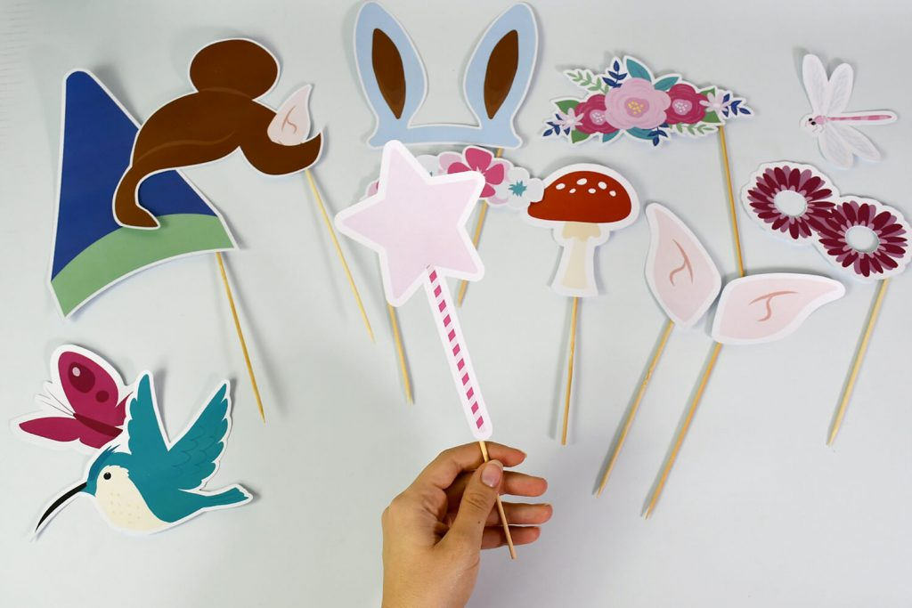 To take pretty photos for your children's fairy and forest themed birthday party, make your photobooth kit!